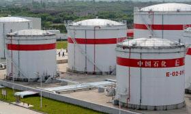 中国は米国産原油の最大の購入国となった(中国安徽省合肥市にある中国石油化工(シノペック)の石油プラントタンク)=ロイター