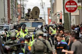 米南部バージニア州シャーロッツビルで開かれた白人至上主義のグループの集会に車が突っ込んだ後、周囲を警戒する警察車両(12日)=ゲッティ共同