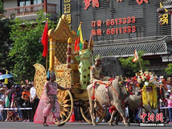 缅甸蒲甘地区的表演者在牛车上向民众挥手。。<a target=