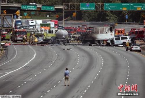 资料图:美国洛杉矶两辆油罐车与多辆轿车相撞。