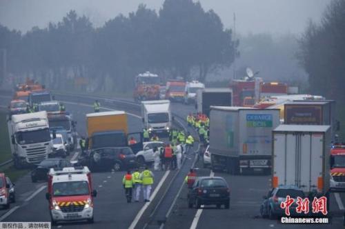 资料图:法国发生多辆车相撞事故。